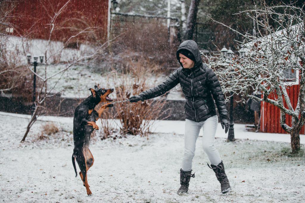 Heaven och Cecilia leker i snön